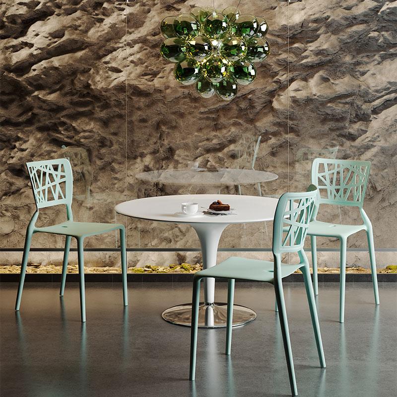 Mintgröna stolar vid ett cafébord