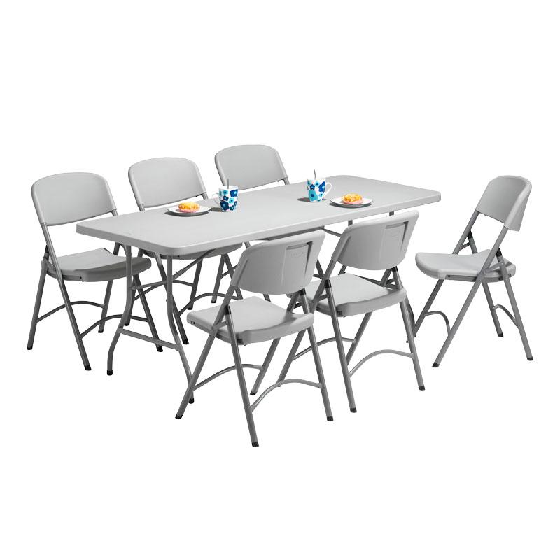 bord och stolar i plast