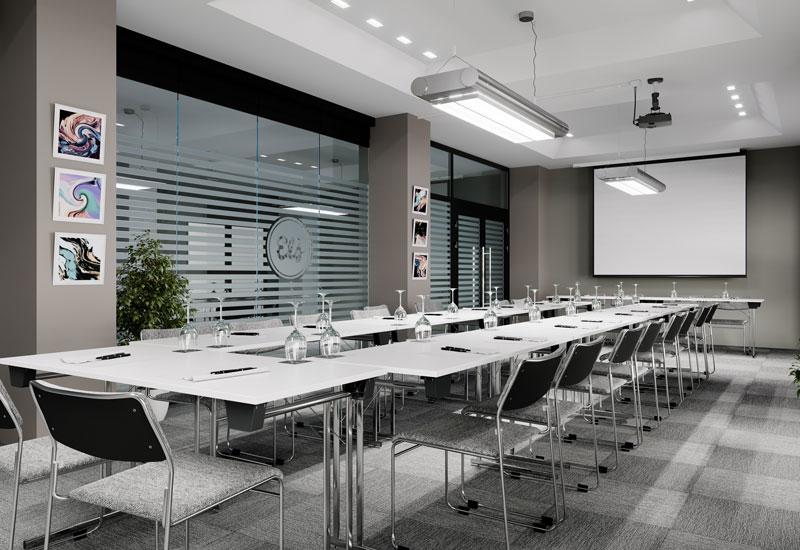 stolar och bord i konferensmiljö
