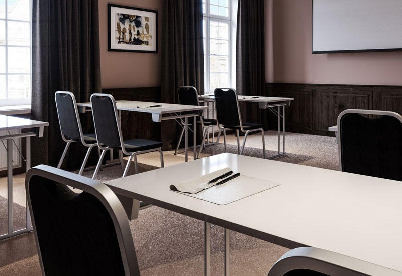 stolar och bord i utbildningslokal